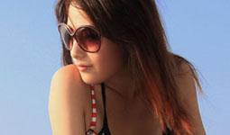 陽光沙灘間的墨鏡亮女